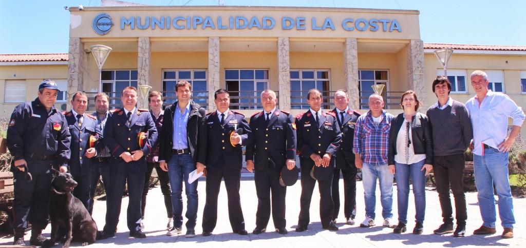 De Jesús, junto a sus funcionarios y los directivos de Bomberos Voluntarios de la región. (Foto prensa La Costa)